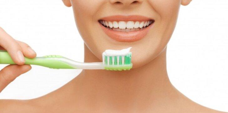 Moteris valosi dantis