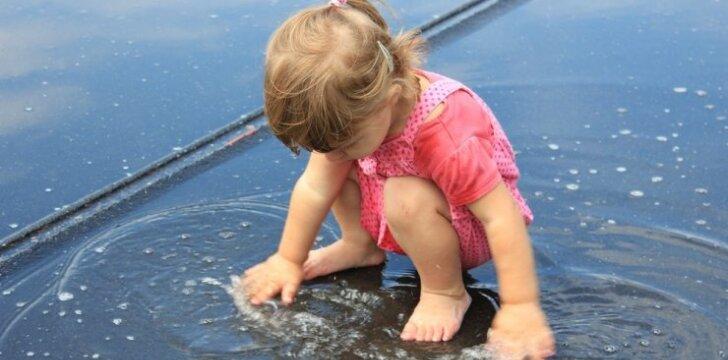 """Interneto sensacija - pirmąkart lietų pamačiusio vaiko reakcija <sup style=""""color: #ff0000;"""">VIDEO</sup>"""