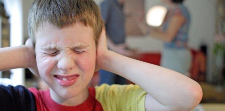 """Kokias žaizdas iš vaikystės į gyvenimą atsineša tėvų <em style=""""color: #ff0000;"""">neišmylėti</em> vaikai"""