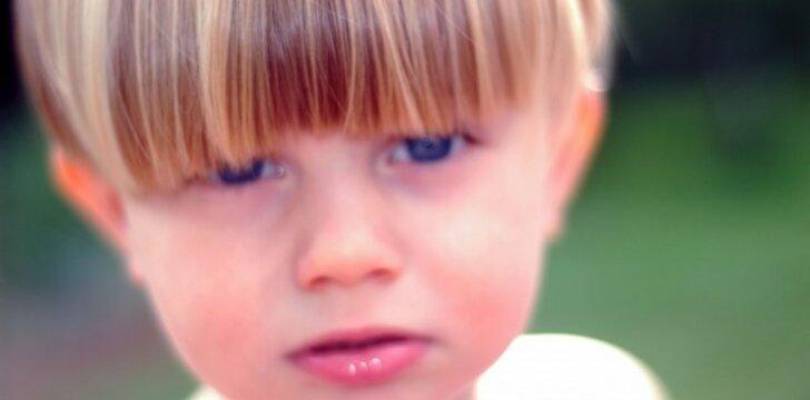"""<span style=""""color: #ff0000;"""">Video:</span> įamžino akimirką, kai kurčias vaikas pradeda girdėti"""