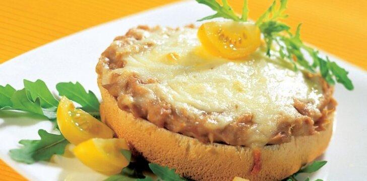 Karštas sumuštinis su konservuota lašiša
