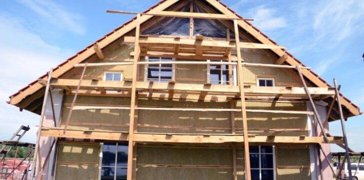 UŽ ir PRIEŠ: ar šiandien verta statytis namą pačiam?