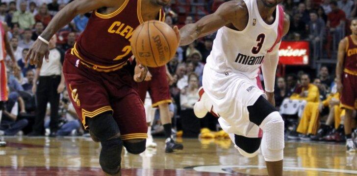 """Kyrie Irvingas (""""Cavaliers"""") ir Dwyane'as Wade'as (""""Heat"""")"""