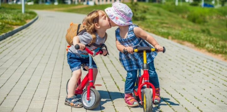 Treneris pataria, kaip išmokyti vaiką važiuoti dviračiu