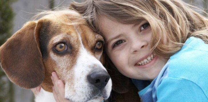 """<span style=""""color: #ff0000;"""">Interneto hitas:</span> šuo nuramina verkiantį vaiką"""