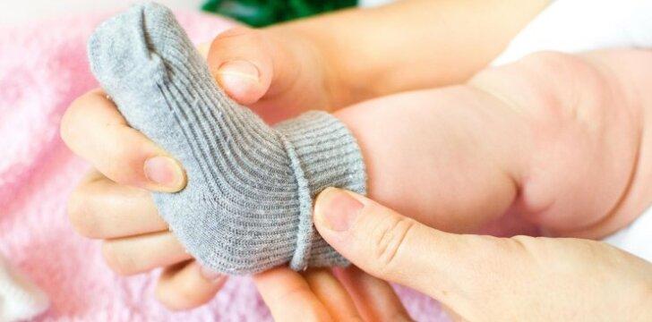 Kviečia megzti trispalves kojines visiems 2018 metų kūdikiams