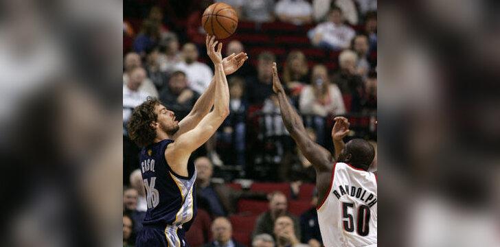 """Pau Gasolis (""""Grizzlies"""") atakuoja per Zachą Randolphą (""""Trail Blazers"""")"""