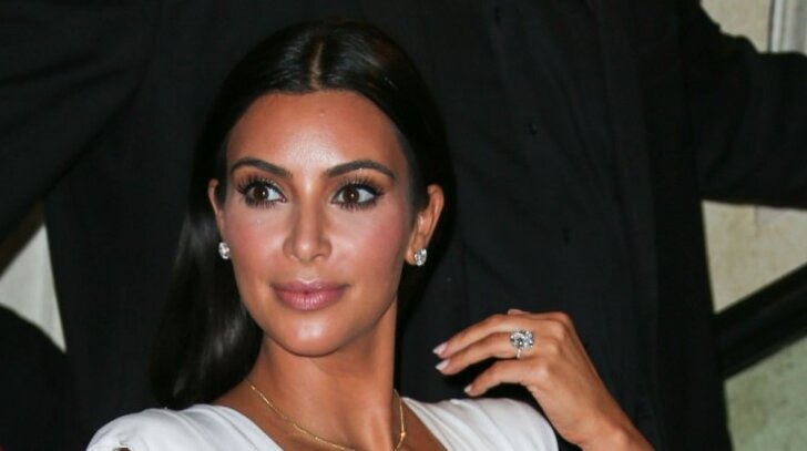 Kim Kardashian savo krūtis apžiūrėti leido kaip ant delno