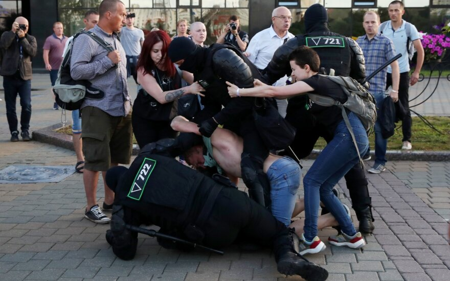 Minskas: Baltarusijoje per vakarykščius protestus sulaikyti per 2 tūkst. žmonių