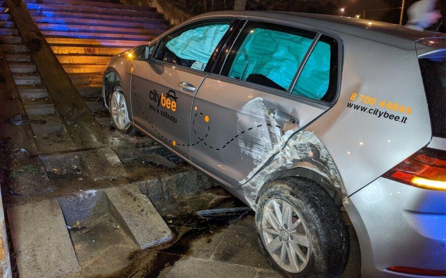 """Gūdžią naktį girtas turkas Vilniuje """"CityBee"""" automobiliu bandė užvažiuoti laiptais"""