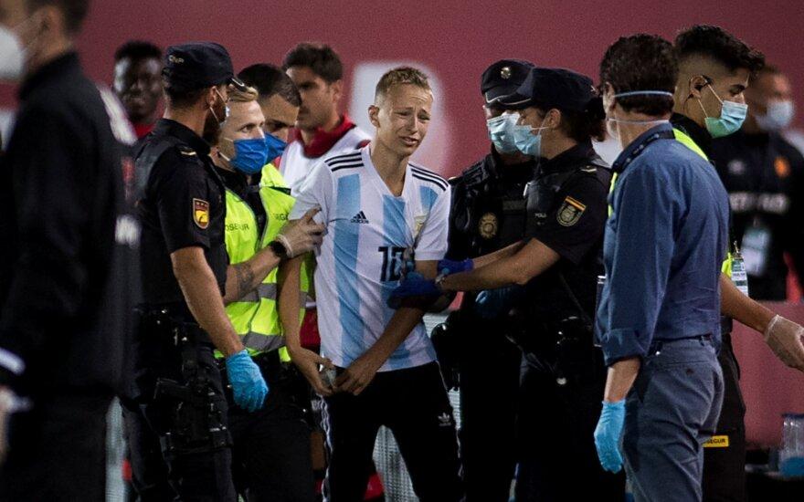 """""""La Liga"""" kuriozas: mače be žiūrovų į aikštę įsiveržė žiūrovas"""