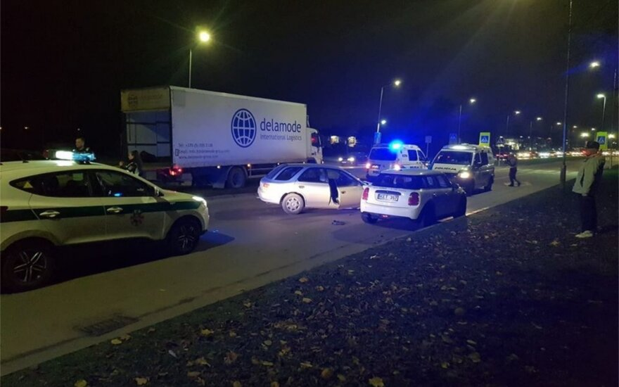 Kaune girtutėlė vairuotoja rėžėsi į policijos tarnybinį automobilį: pranešama apie spūstis