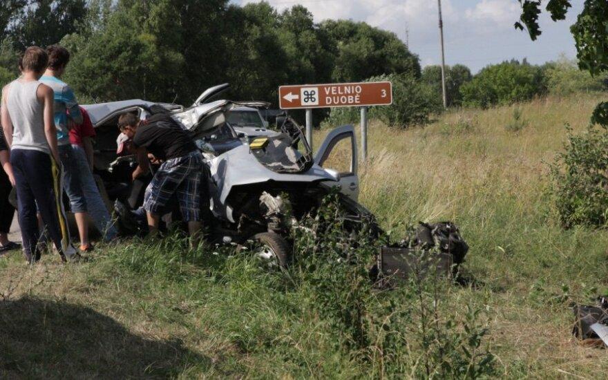 """Šeštadienio popietę Aukštadvaryje """"VW Golf"""" automobiliu jaunuoliai lenktyniavo su mirtimi"""