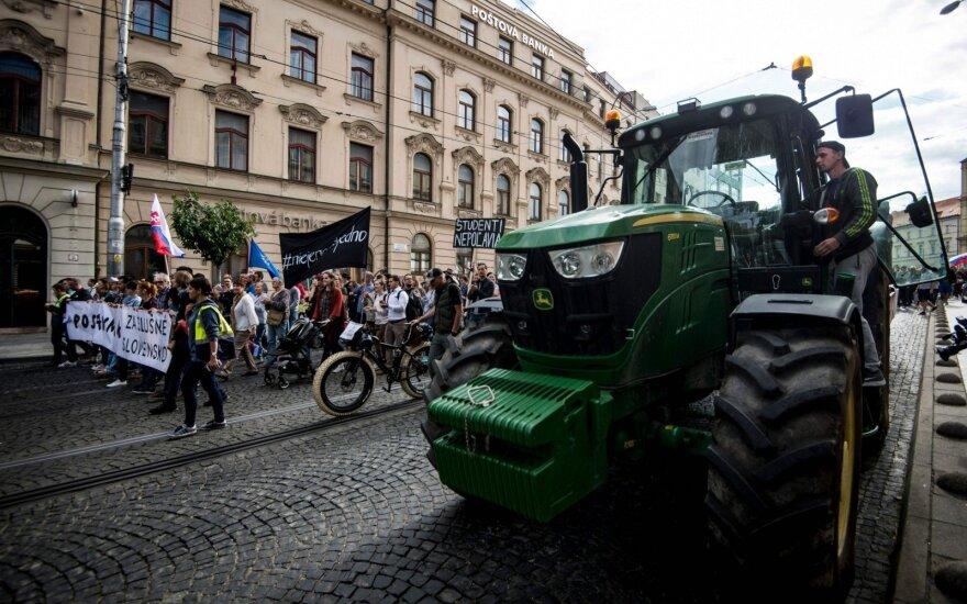 Slovakijoje prie masinių protestų prieš vyriausybę prisidėjo ūkininkai su traktoriais