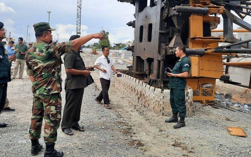 Kambodžos pasienio mieste nuvirtus kranui žuvo penki žmonės
