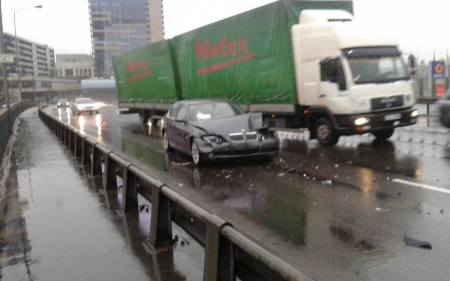 Nesėkmingas rytas: sostinėje susidūrė trys automobiliai
