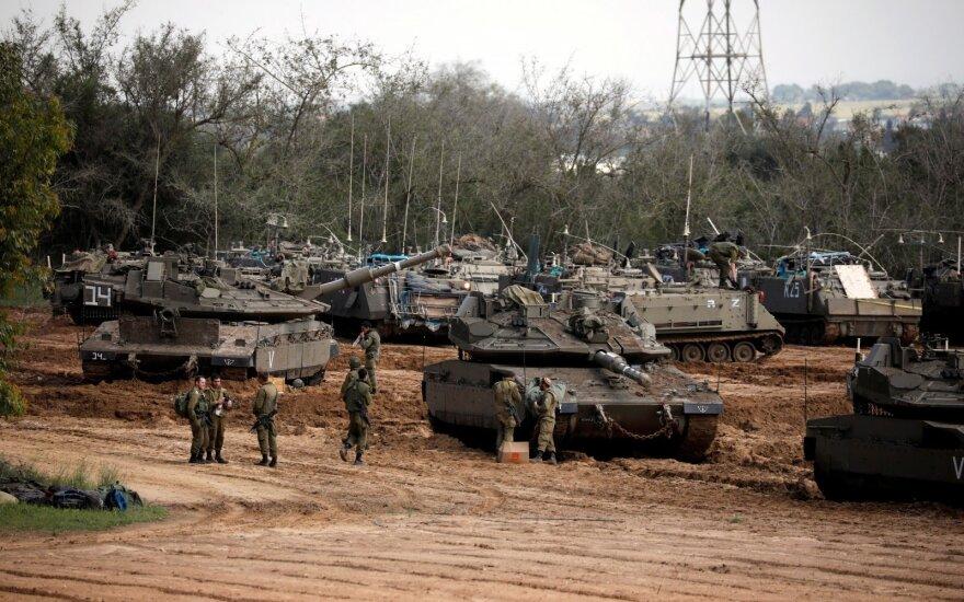 """Izraelis smogė Sirijos aviacijos bazei Chomso provincijoje, Trumpas ragina """"liautis"""""""