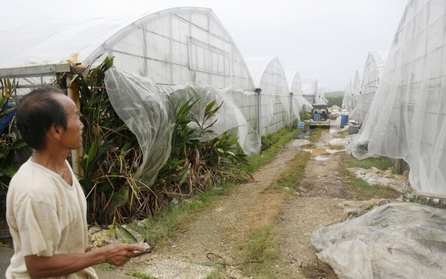 Pietų Japonijos Okinavos salas antradienį talžė galingas taifūnas