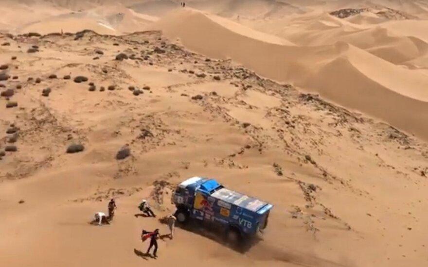"""""""Kamaz"""" sportininkai Dakare važiuojantys tiesiai ant žiūrovų"""