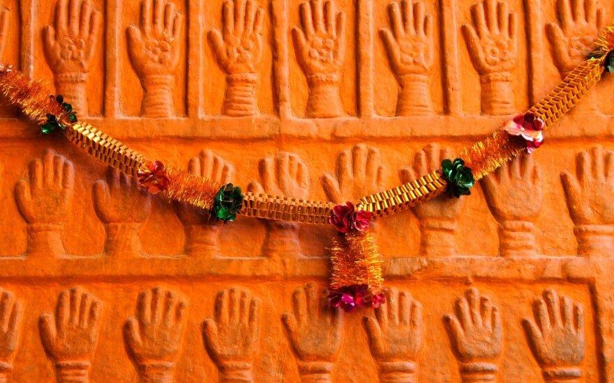 Sati įvykdžiusių moterų rankų atspaudai
