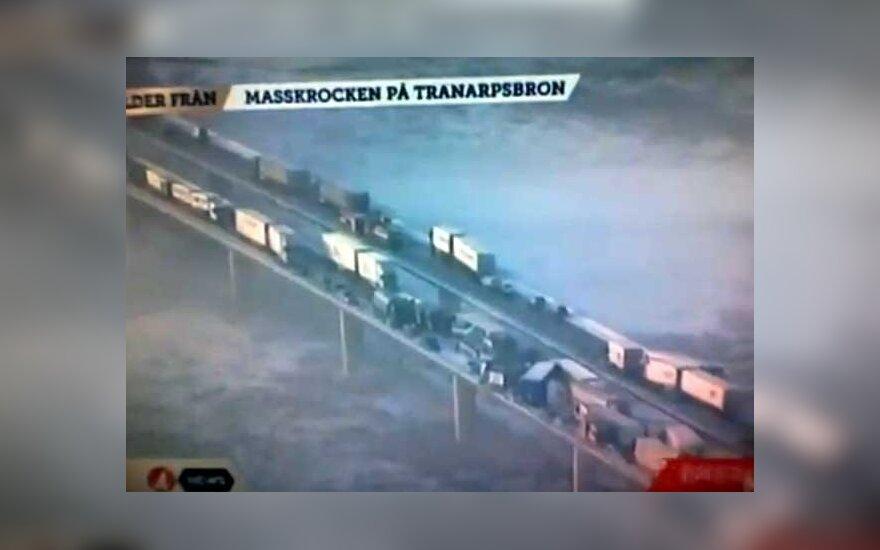 Švedijoje susidūrė apie 100 transporto priemonių