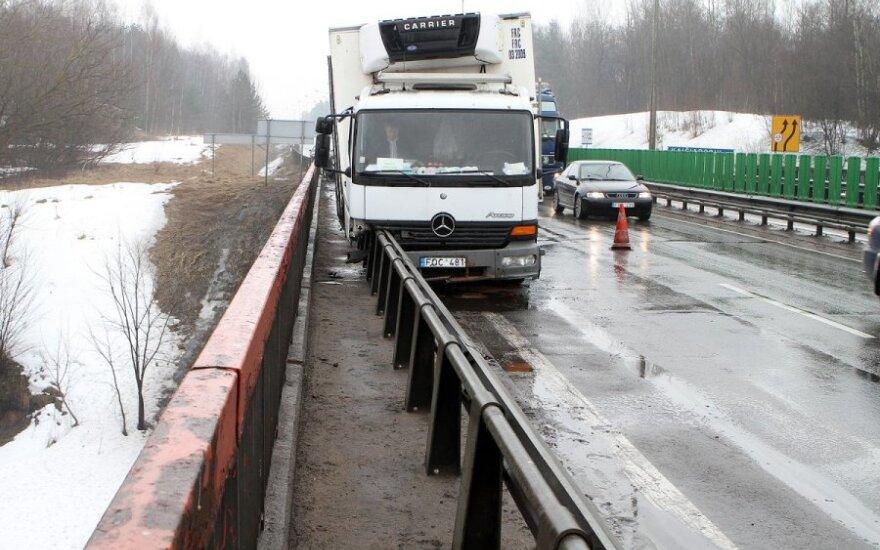Sprogus padangai, Pakaunėje sunkvežimis vos nenulėkė į upę