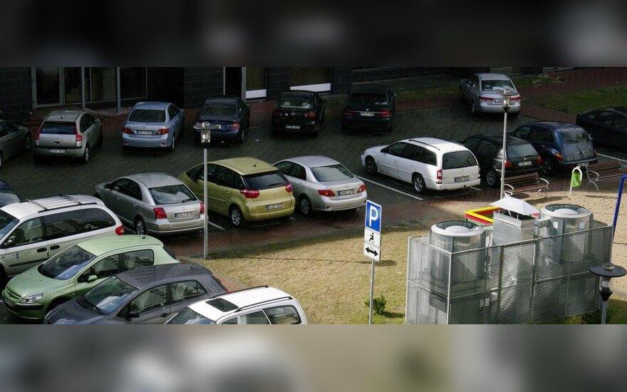 Policijai įgriso daugiabučių kiemuose pamiršti automobiliai