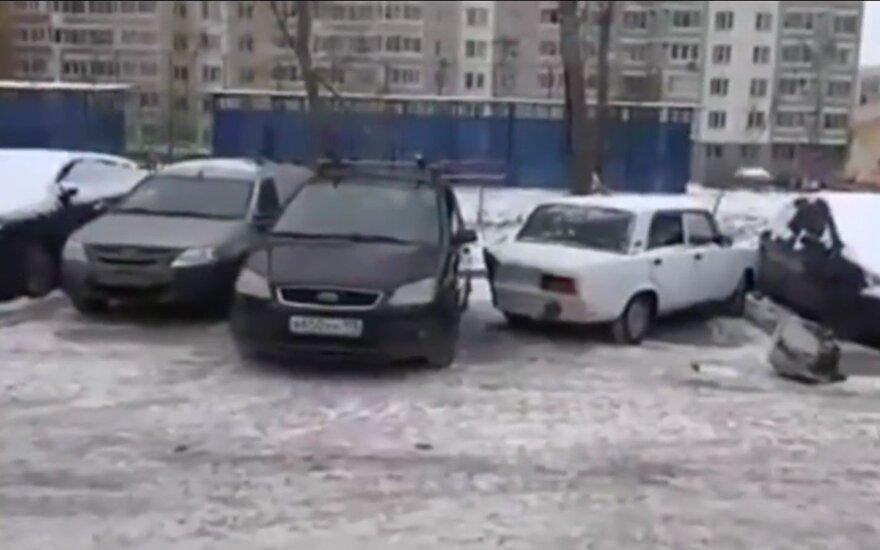 Vyras brutaliai pamokė nevykusiai pastatyto automobilio savininką