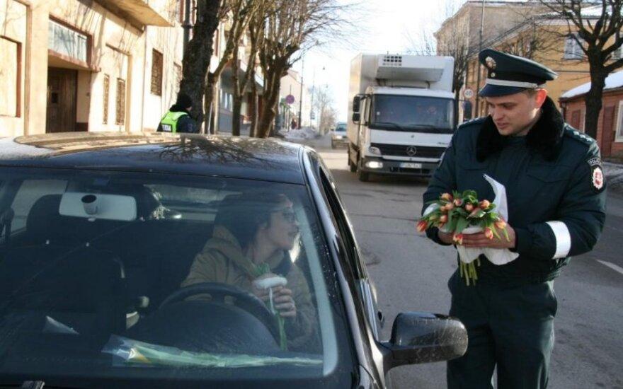 Policininkai sveikino vairuojančias moteris