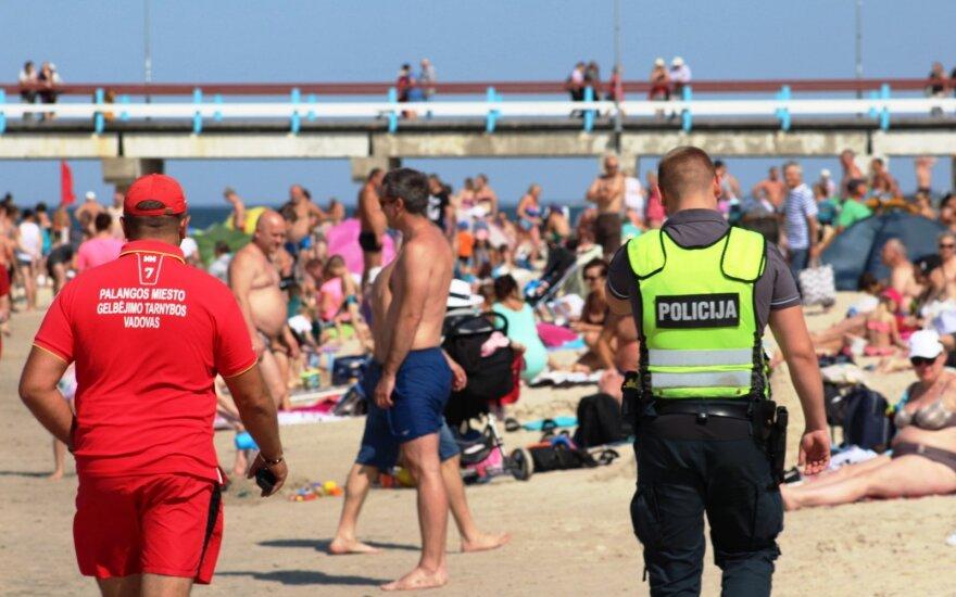 Palangos paplūdimyje pernelyg atsipalaidavęs ir visas tarnybas ant kojų sukėlęs aukštaitis gavo 300 eurų baudą