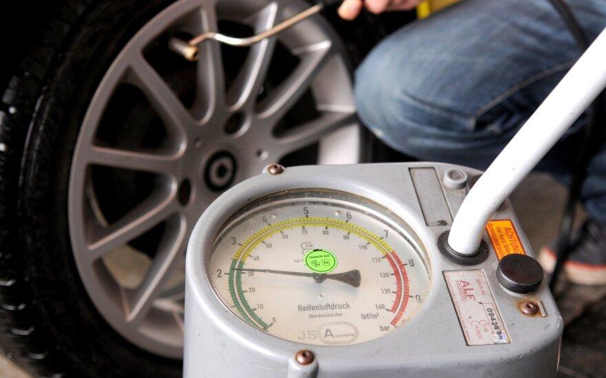 Kaip ir kodėl reikėtų tikrinti automobilio padangų slėgį