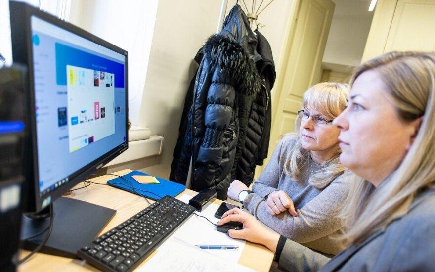 Senjorai mokosi dirbti kompiuteriu