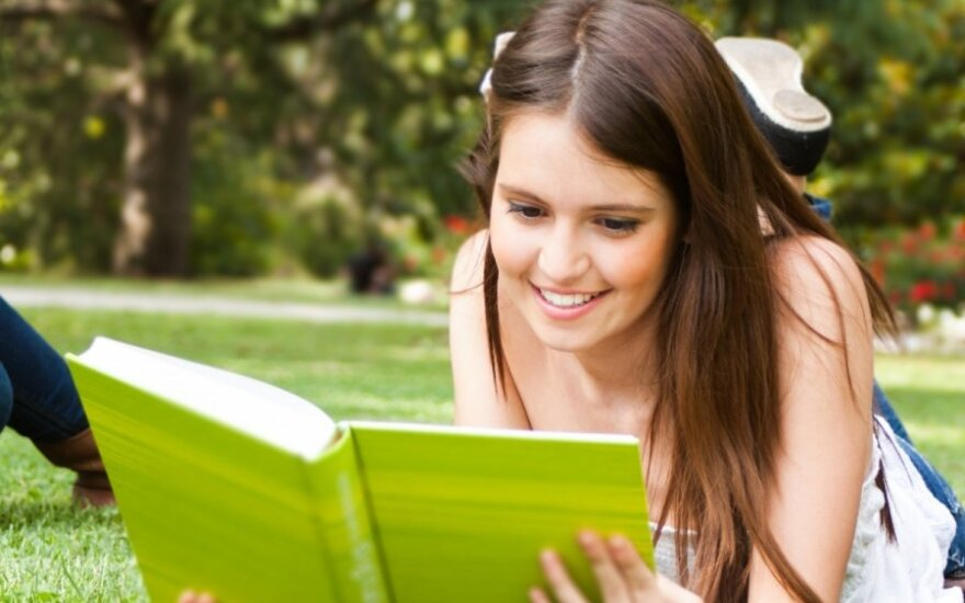 mergina, knyga, skaitymas