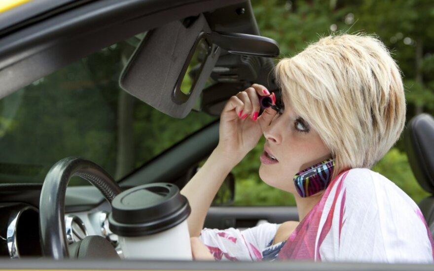 Blondinė prie vairo