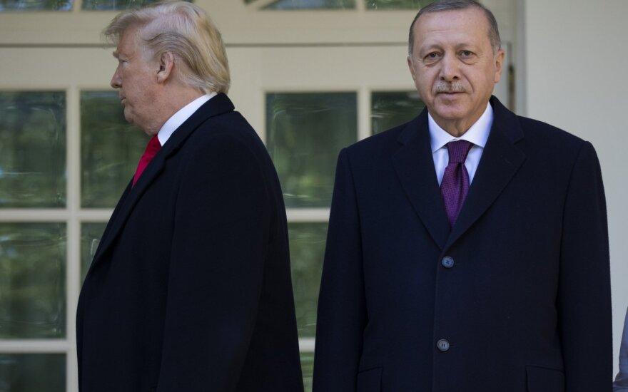 Trumpas Baltuosiuose rūmuose priima R. T. Erdoganą