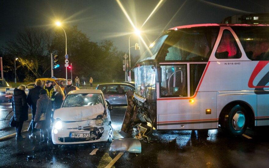 "Vilniuje autobusas trenkėsi į ""Fiat"", sužalota moteris"