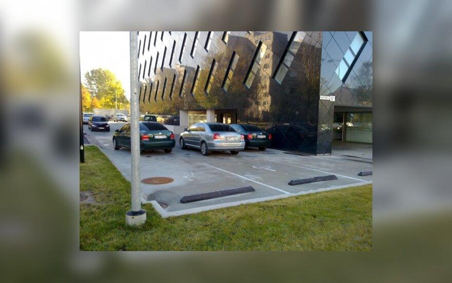 Stovėjimo aikštelė prie Generalinės prokuratūros, DELFI skaitytojo Donato nuotr.