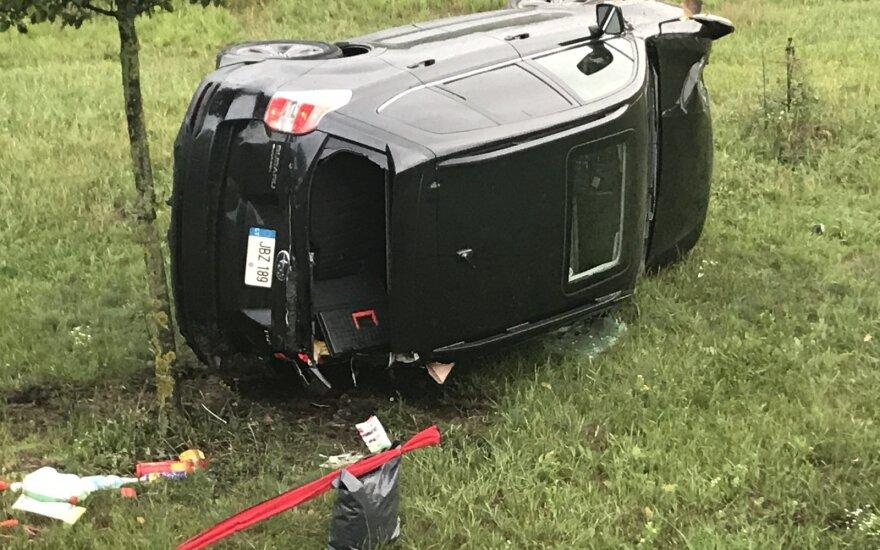 Sostinėje automobilio nesuvaldęs vyras skriejo nuo kelio, vertėsi ir prigulė ant šono