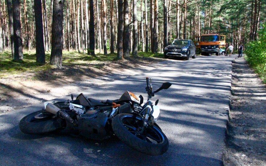 Vilniaus rajone motociklas rėžėsi į medį: vairuotojas išgabentas į ligoninę