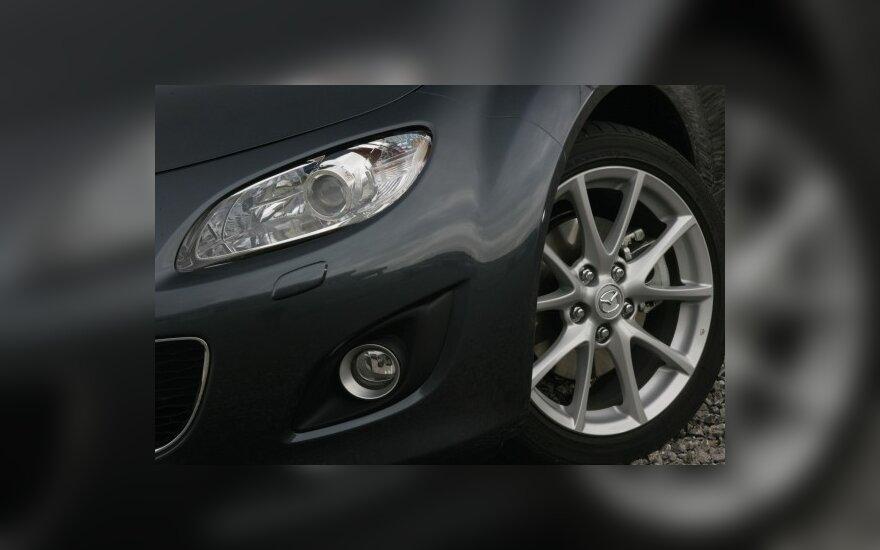 Britanijoje naujų automobilių rinka smuko 22 proc.