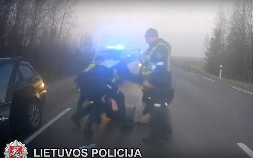 """Pagirioms raugintų kopūstų labai norėjęs vairuotojas užlėkė ant policijos """"ežio"""""""