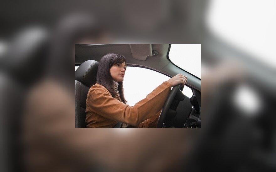 Kaunietę vairuoti mokė tam leidimo neturintis instruktorius
