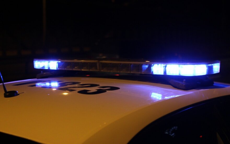 Drama Raseiniuose: pareigūnai panaudojo visą arsenalą, tačiau šuo įkando pareigūnui ir buvo apgadintas tarnybinis automobilis