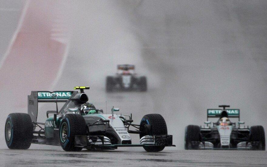 """""""Formulės-1"""" automobilių lenktynės per lietų"""