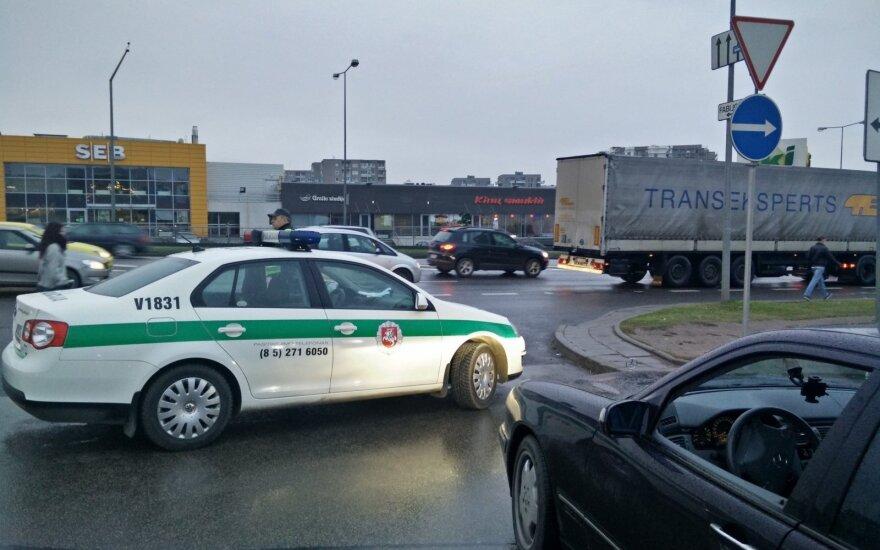 Taisyklių pažeidėjus gaudančių policininkų elgesys suerzino sostinės vairuotoją