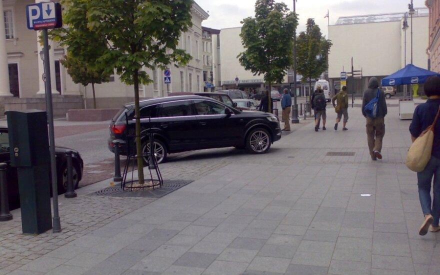 Audi Q7 ant šaligatvio