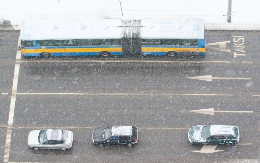 Sniegas nesutrukdė sostinės viešajam transportui į gatves išvažiuoti laiku