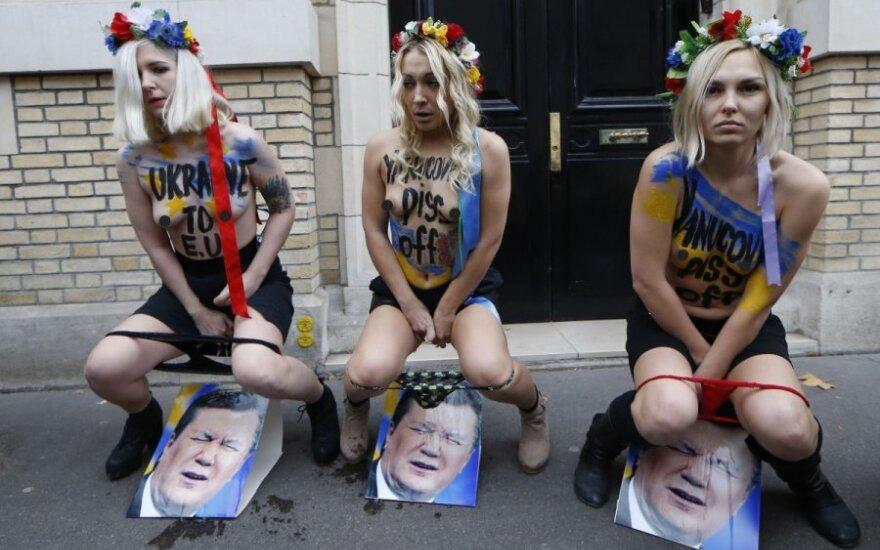 """""""Femen"""" narės nusišlapino ant Ukrainos lyderio atvaizdo"""