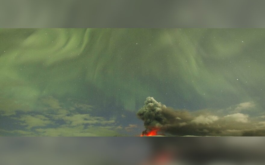 Šiaurės pašvaistė virš Islandijos ugnikalnio