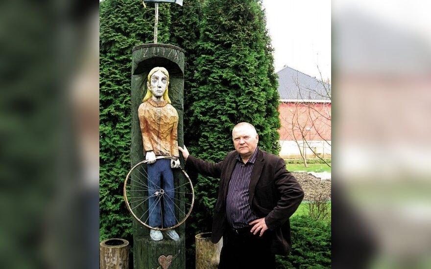 Vytautas Račickas prie skulptūroje atgimusio jo knygos herojaus Zuikos Padūkėlio